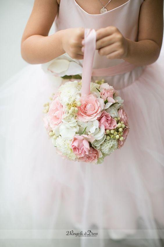 dziewczynka sypiąca kwiaty