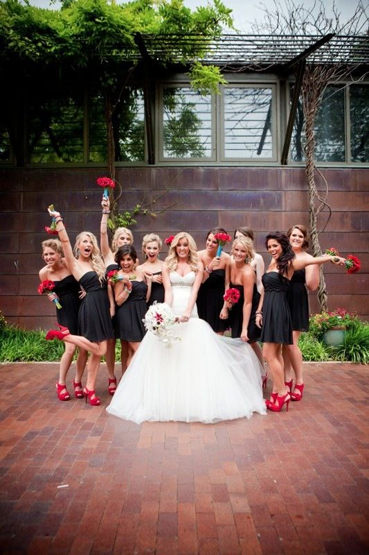czarny kolor na ślubie - sukienki druhen