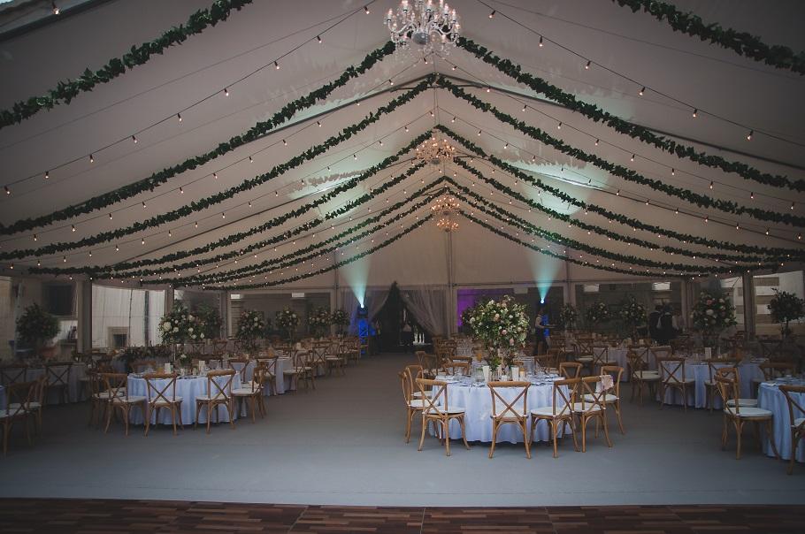 dekoracje ślubne światłem