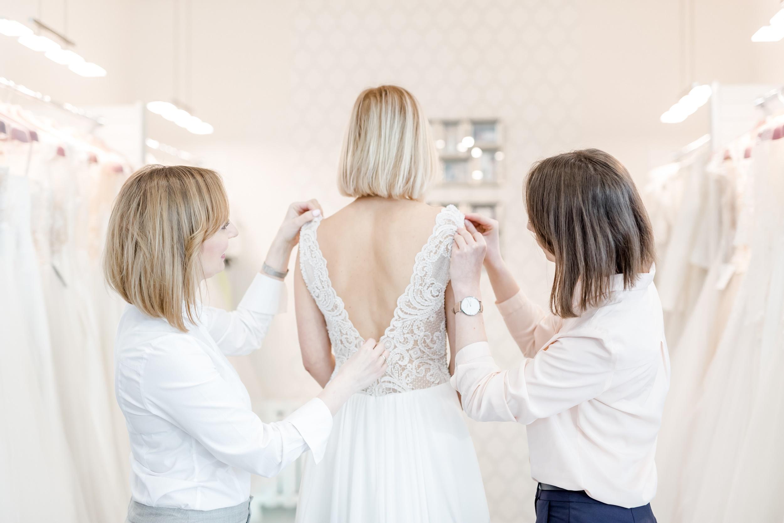 f3ec297aa5 Salon sukien ślubnych - kogo zabrać ze sobą na poszukiwania sukni na ślub